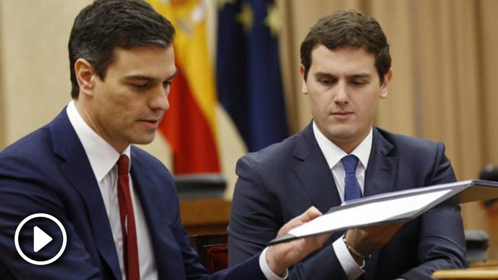 Sánchez y Rivera intercambiando las carpetas del acuerdo. (Foto: EFE)