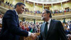 El presidente del Gobierno, Mariano Rajoy, felicita al recién investido presidente el socialista Pedro Sánchez, tras la segunda jornada de la moción de censura presentada por el PSOE. (Foto: EFE/Diego Crespo)