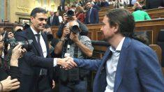 El secretario general del PSOE Pedro Sánchez, y al líder de Podemos Pablo Iglesias, se felicitan en el Congreso tras la moción de censura. / Foto: Efe