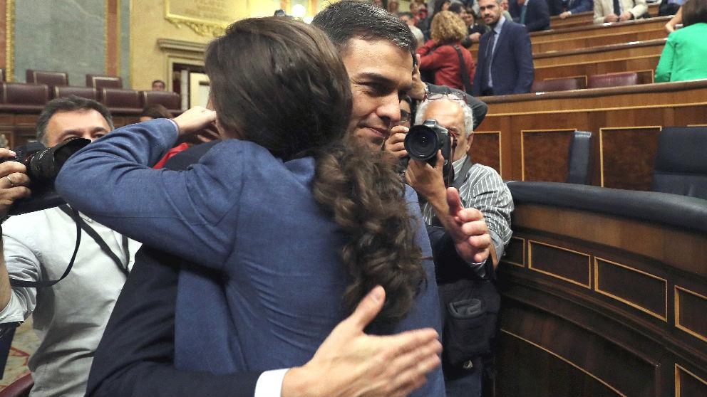 Pedro Sánchez abrazando a Pablo Iglesias en el Congreso. (Foto: EFE)
