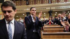 Frío saludo de Albert Rivera a Pedro Sánchez tras convertirse en presidente del Gobierno. (Foto: Francisco Toledo)