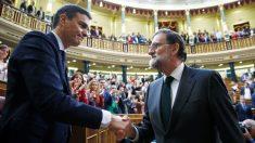 Mariano Rajoy felicita a Pedro Sánchez tras convertirse en presidente del Gobierno. (Foto: EFE)