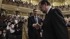 Rajoy saluda a Sánchez tras la moción de censura. (Foto: Francisco Toledo).