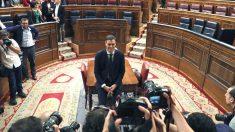 El secretario general del PSOE Pedro Sánchez, posa para la prensa gráfica, en el hemiciclo del Congreso tras el debate de la moción de censura presentada por su partido. (Foto: Efe)