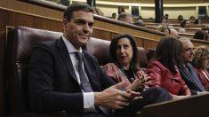 Pedro Sánchez y Margarita Robles en el Congreso de los diputados. (Foto: Francisco Toledo).