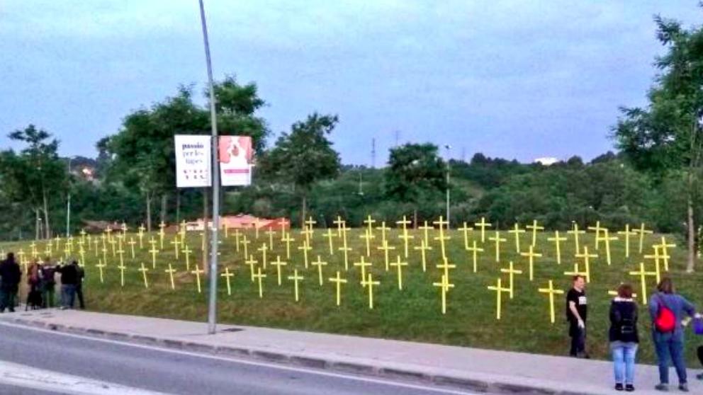 Los parques de Tarrasa han amanecido llenos de cruces golpistas este viernes