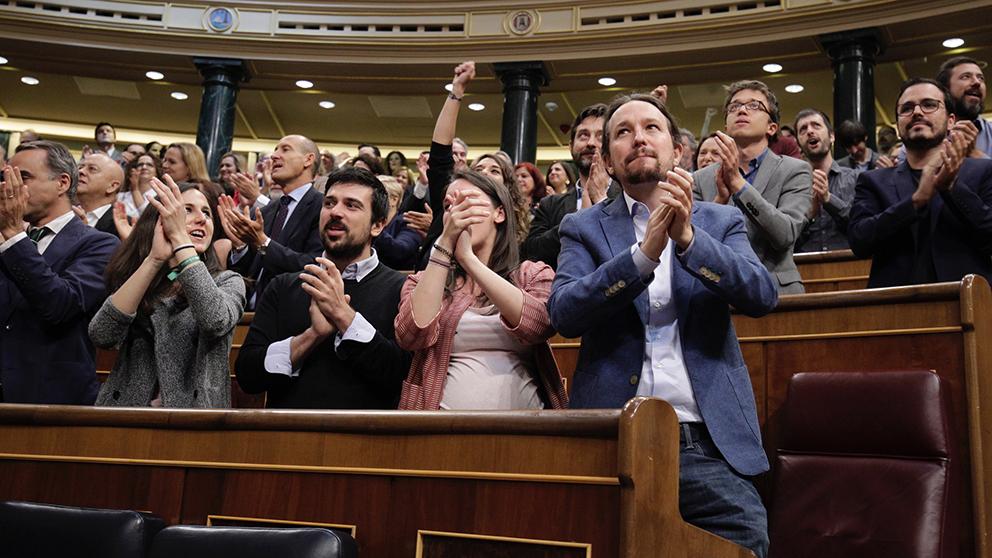 Pablo Iglesias e Irene Montero aplauden tras la censura a Rajoy. (Foto: Francisco Toledo)