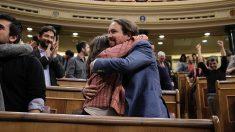 Irene Montero y Pablo Iglesias, en el Congreso. Foto: Francisco Toledo)