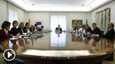 Mariano Rajoy al frente del Consejo de Ministros que avala el artículo 155. (Foto: EFE)
