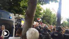 En Mataró, los CDR han tratado de asaltar una marcha de españolistas, lo que han impedido los Mossos.
