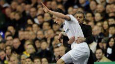 Mourinho-sujeta-a-Bale-para que éste no se caiga durante-un-encuentro-de-la-UCL-entre-el-Real-Madrid-y-el-Tottenham-de-la-temporada-2010-11-(Getty)