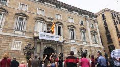 """Una gran pancarta por los """"presos políticos y exiliados"""" preside el Palacio de la Generalitat. (Foto: Joan Guirado/OKDIARIO)"""