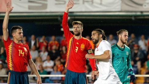 Azpilicueta y Piqué reclaman fuera de juego de Ricardo Rodríguez en el empate de Suiza. (EFE)
