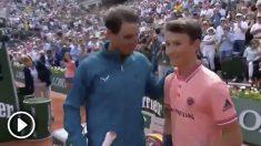Rafa Nadal, junto al joven que cumplió su sueño de jugar unos puntos contra él.