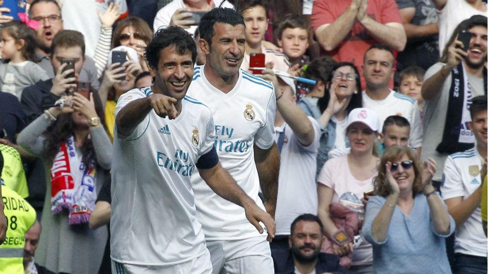 Raúl celebra un gol junto a Figo. (EFE)