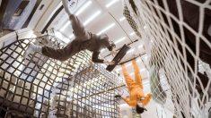 EL artista español Marc Marzenit experimentando con instrumentos en gravedad cero.