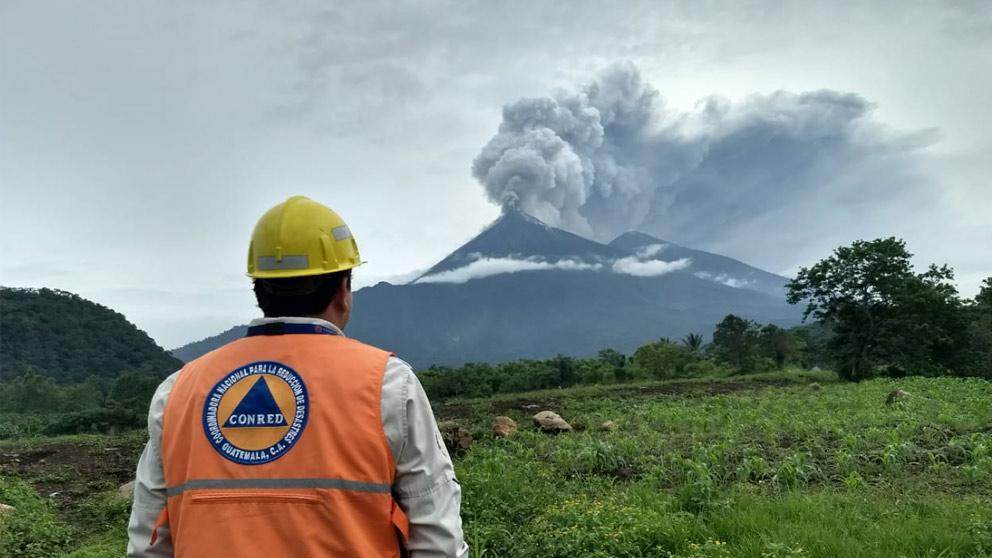 Una persona observa la enorme columna de humo sobre el Volcán de Fuego de Guatemala tras la fuerte explosión.