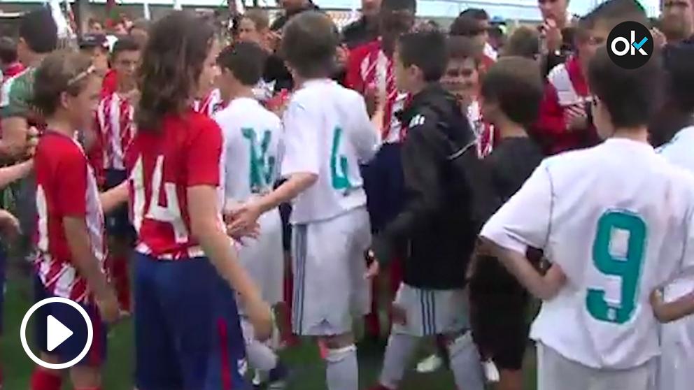 Los alevines del Real Madrid y del Atlético se hicieron el pasillo en la Jamón Cup.