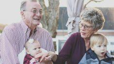Buena noticia para los abuelos que cuidan de sus nietos. ¡Viven más!