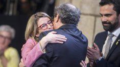 Quim Torra abraza a Elsa Artadi en su toma de posesión como consejera de Presidencia y portavoz del Govern. (Foto: EFE)