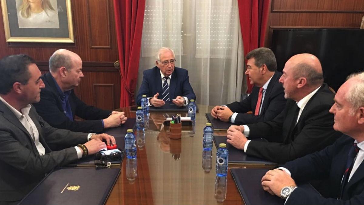 Juan José Imbroda (al fondo) en una reunión (Foto: RRSS).