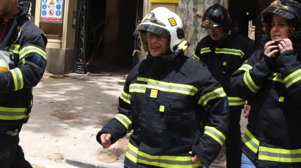 Manuela Carmena apoyando el trabajo de Bomberos Madrid. (Foto. Madrid)