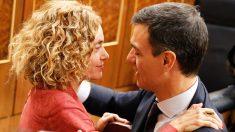 Meritxell Batet felicita a Pedro Sánchez tras el triunfo de la moción de censura. (Foto: PSOE)
