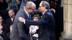 Quim Torra abraza a Miquel Buch en su toma de posesión como consejero de Interior. (Foto: EFE)