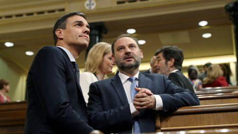El secretario de Organización del PSOE, José Luis Ábalos, junto al presidente del Gobierno, Pedro Sánchez. (EFE)