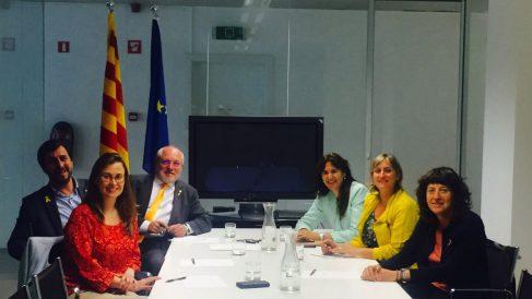 A la izquierda, los ex consellers fugados en Bélgica y a la derecha las nuevas consejeras Alba Vergés, Teresa Jordà y Laura Borràs (RRSS).