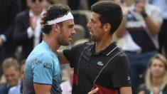 Djokovic felicita a Cecchinato tras su victoria en Roland Garros. (AFP)