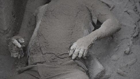 Una víctima sepultada por la ceniza tras la erupción del volcán de Fuego en Guatemala. (Foto: AFP)