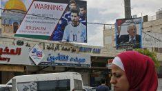 Una imagen de Jerusalén con un cartel de protesta contra Messi y Argentina. (AFP)