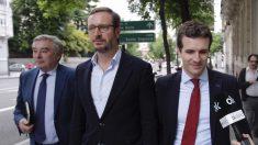 Javier Maroto y Pablo Casado saliendo del restaurante Narciso. (Foto: Francisco Toledo).