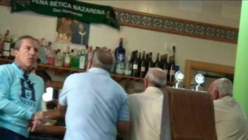 Cristóbal Soria, 'cazado' alternando en un bar del Betis.