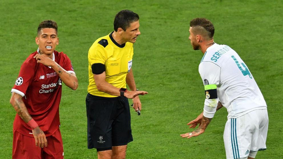 Firmino y Sergio Ramos durante la final de la Champions. (AFP)