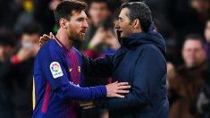 Leo Messi y Ernesto Valverde se saludan durante un partido. (Getty)