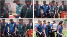 Piqué se entretuvo con el móvil durante la visita de Pedro Sánchez. (Atresmedia)