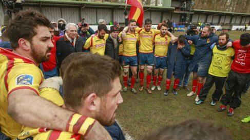 Los jugadores de la selección española de Rugby hace piña.