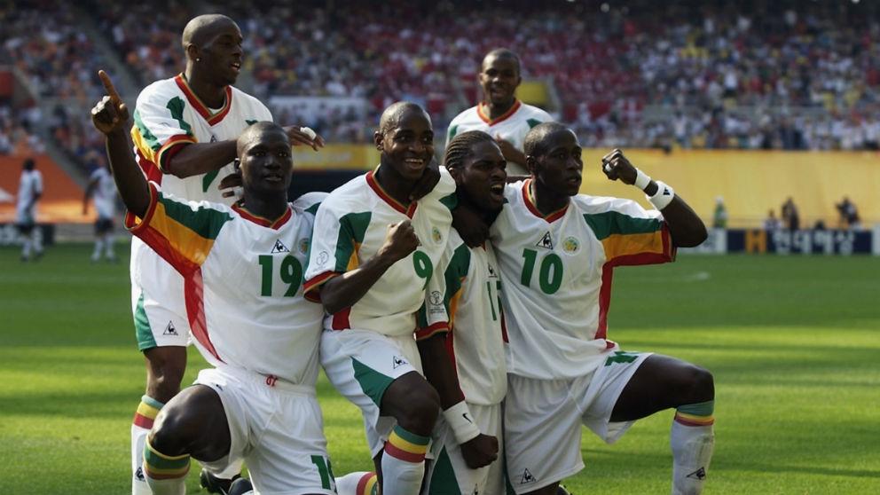 Los jugadores de Senegal celebran un gol en el Mundial de Corea 2002. (Getty)