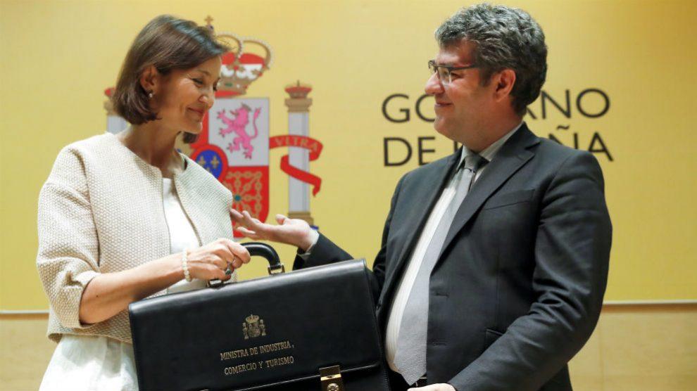La ministra de Industria, Reyes Maroto, recibe la cartera de su antecesor en el cargo, Álvaro Nadal (Foto: EFE/Javier Lizón)