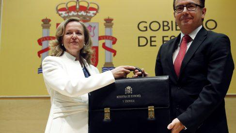 Traspaso de carteras entre Nadia Calviño y Román Escolano, entrante y saliente en el Ministerio de Economía (Foto. EFE)