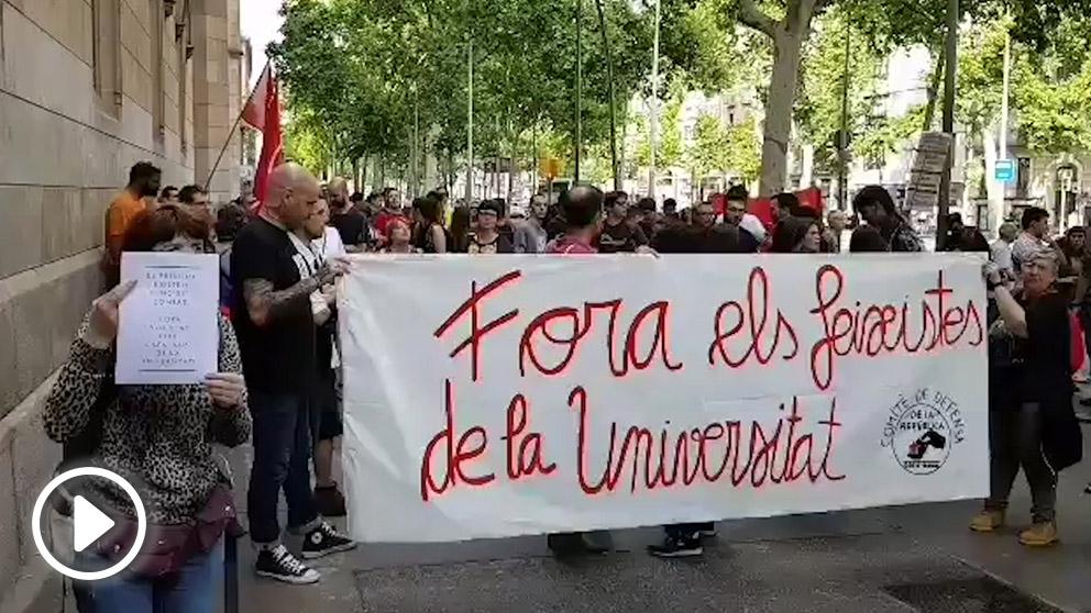 Jóvenes independentistas congregados ante el Aula Magna de la Universidad de Barcelona (UA)