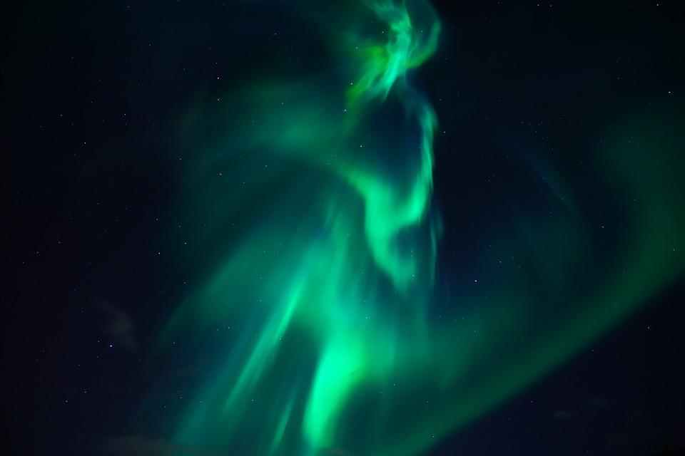 El campo magnético terrestre, responsable de la aurora boreal.