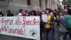 Jóvenes independentistas congregados ante el Aula Magna de la Universidad de Barcelona (UA).