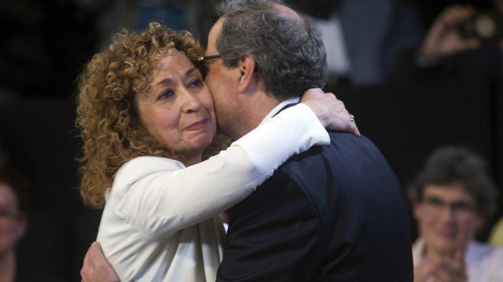 Ester Capella abraza a Quim Torra tras la jura de su cargo como consellera de Justicia en la Generalitat. Foto: EFE