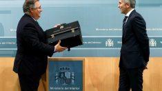 Juan Ignacio Zoido y Fernando Grande-Marlaska en el traspaso de carteras. (Foto: EFE)