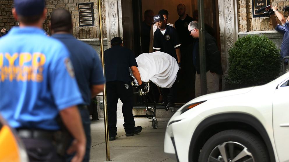 El cadáver de la diseñadora Kate Spade a las puertas de su apartamento. (Foto: AFP)