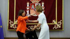 Margarita Robles recibe la cartera de ministra de Defensa de manos de su antecesora en el cargo, María Dolores de Cospedal.