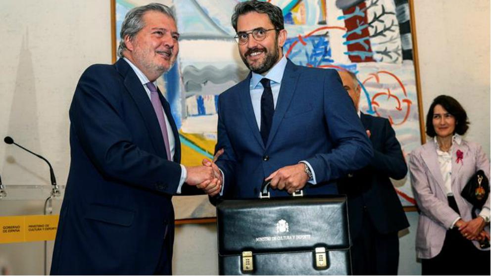 Màxim Huerta recibiendo la cartera del Ministerio de Cultura de manos del ex ministro Iñigo Méndez de Vigo. Foto: EFE